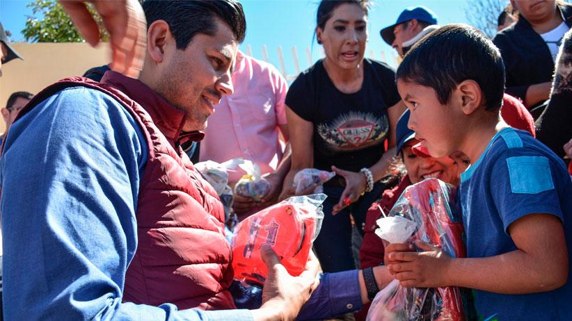 Julio César Chavez lleva sonrisas y alegría a miles de niños Guadalupenses con posadas navideñas