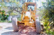 Trabajando con voluntad en la rehabilitación de caminos en Apozol