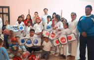 Equipa Miguel Torres a niños del taller de Karate