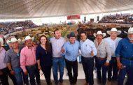 Anuncia David Monreal plan nacional de sanidad, tras entrega de Crédito Ganadero en el norte de Zacatecas