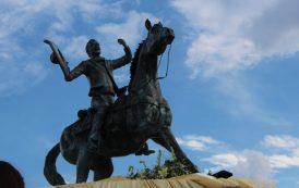 Develan escultura de Antonio Aguilar en Villanueva