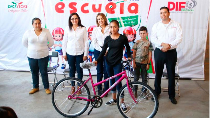 Reciben bicicletas estudiantes destacados de Momax