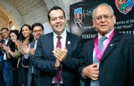 Reconoce Ulises Mejía al Dr. Veremundo Carrillo con premio