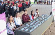 Julio César Chávez entrega lentes a estudiantes de secundaria