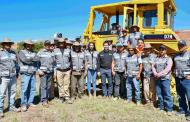 Entrega Julio César Chávez maquinaria pesada  a personal de Obras Públicas