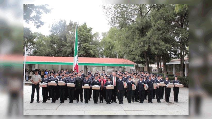 Entregan uniformes a estudiantes del bachillerato general militarizado