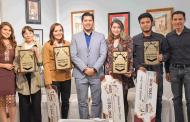 Entrega Julio César Chávez  Premio Juvenil Hagamos Historia