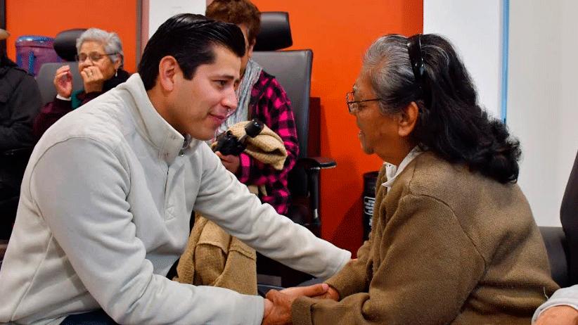 DIF Guadalupe entrega lentes  a adultos mayores