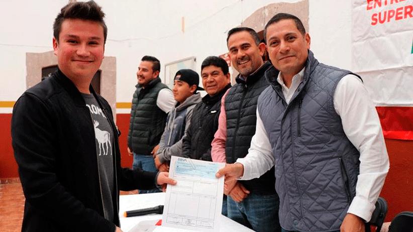 Mediante el programa 2x1 entregan becas y equipamiento escolar a estudiantes de Cuauhtémoc
