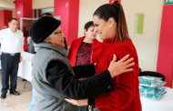 Arropa Presidenta del  SEDIF a usuarios de la Casa del Abuelo