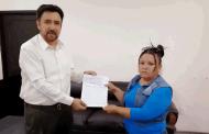 Entrega Miguel Torres apoyos a vendedores informales.