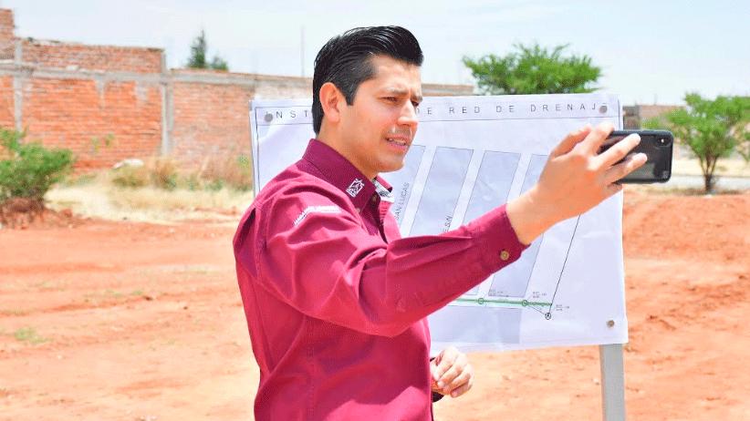 En el Fraccionamiento San Cosme entrega Julio César Chávez ampliación de red de alcantarillado
