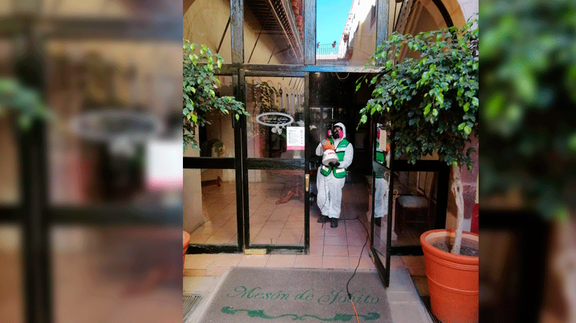 Desinfectan y sanitizan instalaciones del Hotel Mesón de Jobito.