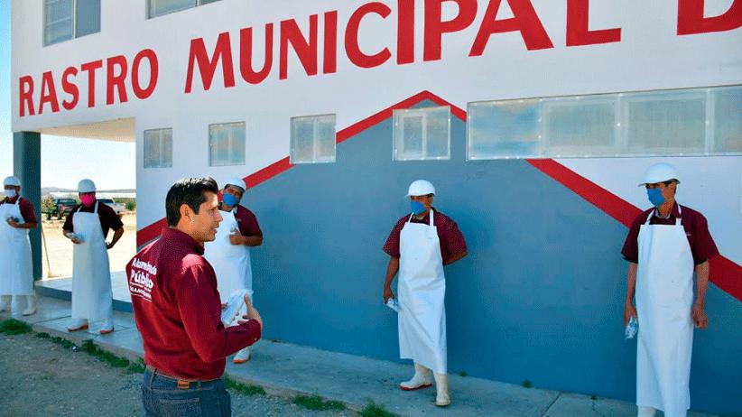 Entrega Julio César Chávez kit desinfectante  a trabajadores del Ayuntamiento.
