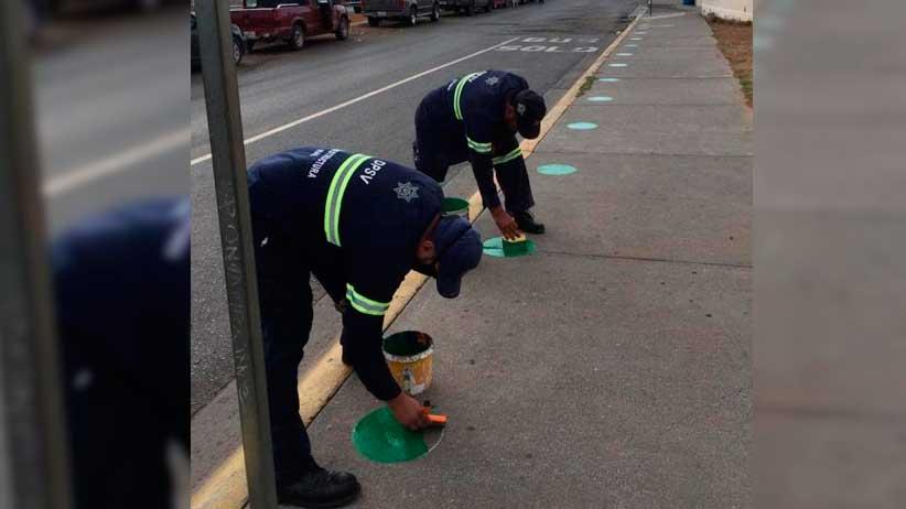 Colocan  señalética de sana distancia en paraderos de rutas de transporte público.