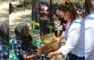 Entrega Dora Jauregui en compañía del titular de SEDESOL apoyos alimentarios a familias vulnerables.