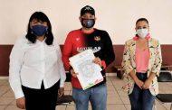 Reciben escrituras y toneladas de cemento familias de Trinidad García de la Cadena y Teúl de González Ortega