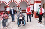 Beneficia DIF estatal con sillas de ruedas a personas con discapacidad de Pinos