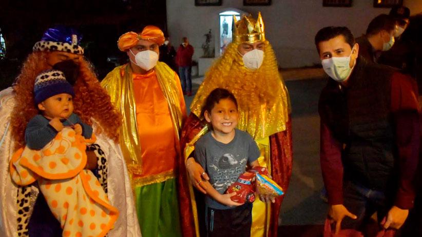 Lleva Julio César Chávez las Brigadas Navideñas a Francisco Villa y Tierra y Libertad 1 y 2