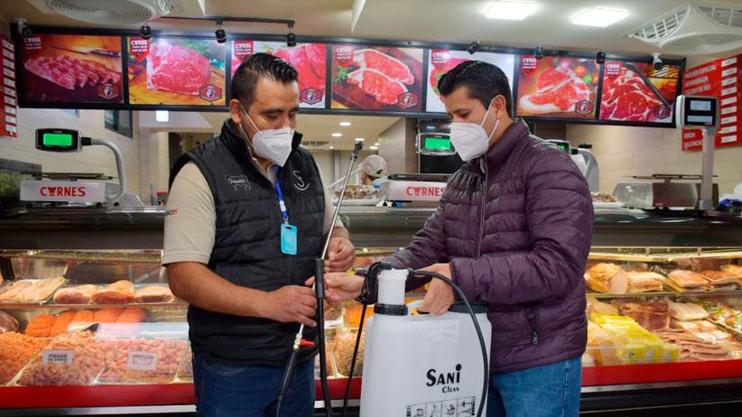 Entrega Julio César Chávez paquetes sanitizantes a comerciantes cumplidos