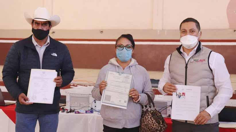 Reciben documentos de identidad descendientes de migrantes zacatecanos