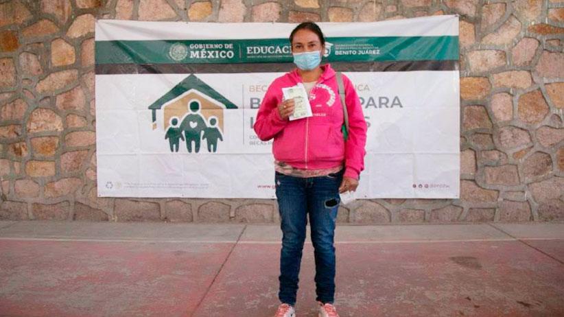 """Familias de Fresnillo, Pinos, Villanueva y Mazapil reciben becas """"Benito Juárez""""; el apoyo contribuye para que niñas y niños permanezcan en la escuela: Verónica Díaz"""