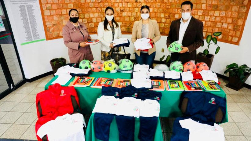 Entregan material deportivo, didáctico y uniformes a estudiantes de zonas de alta marginación