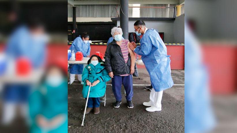 """""""Estamos contentas y tranquilas por recibir la vacuna"""": María del Refugio de 91 años y su hija María del Socorro, de 68 años, en Fresnillo"""
