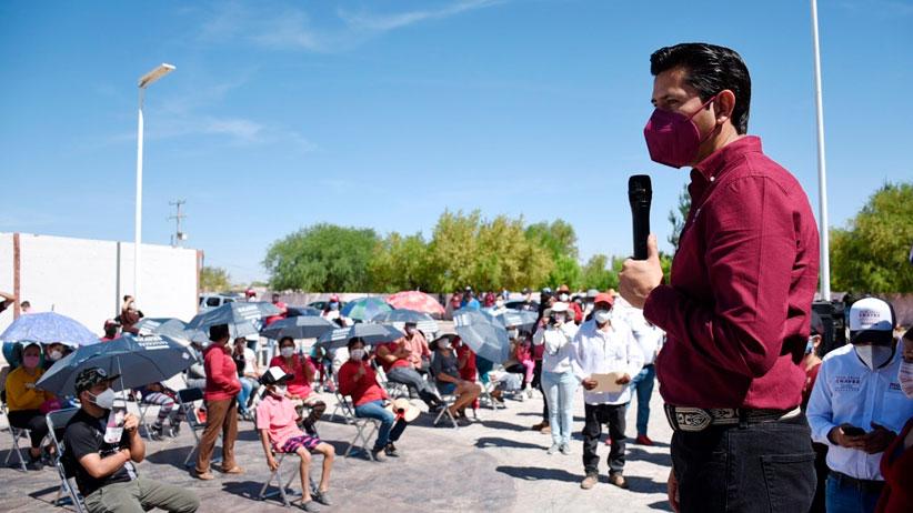Arropan a Julio César Chávez en las comunidades