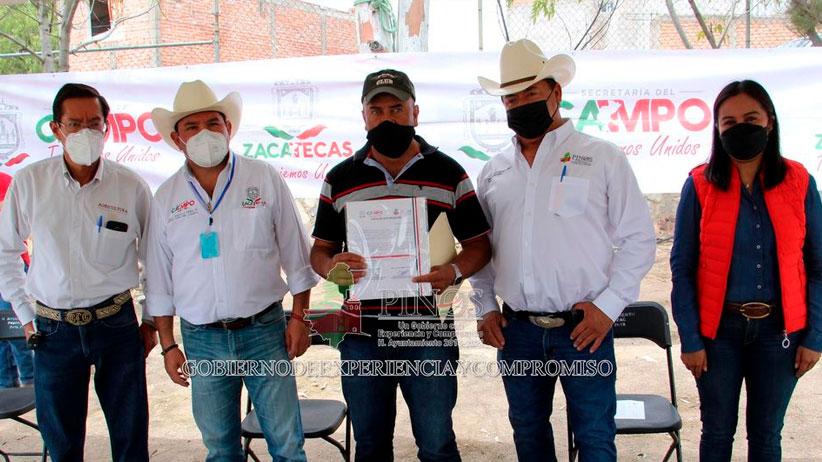 Entregan implementos agrícolas en Pinos.