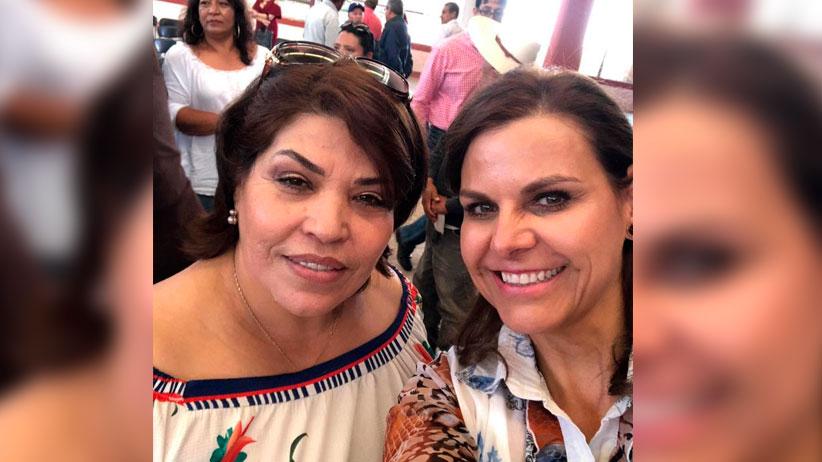 Arropa Noria de Ángeles  a Julia Olguín e Imelda Mauricio