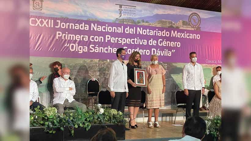 Recibe Fabiola Torres Rodríguez reconocimiento del Colegio Nacional del Notariado Mexicano