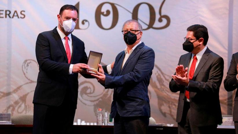 """Entrega Alejandro Tello Premio Iberoamericano """"Ramón López Velarde"""" a Ernesto Lumbreras Recibidos"""
