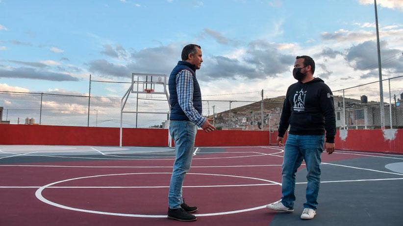 César González supervisa rehabilitación de cancha deportiva