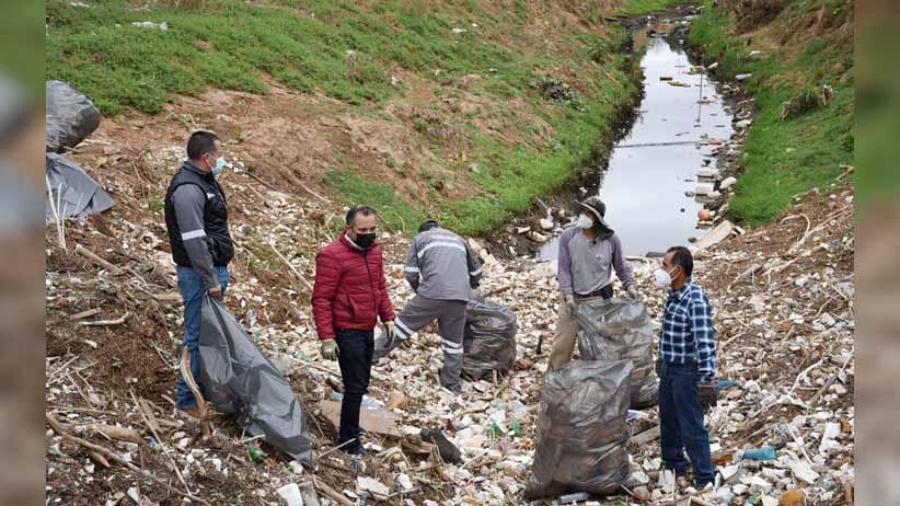 Supervisa César González limpieza del arroyo en Martínez Domínguez