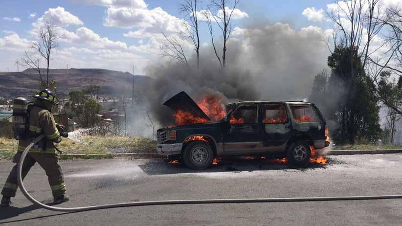 Se incendia camioneta en Colinas del Padre