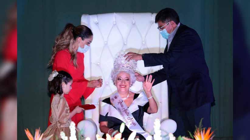 Coronan a Irma Medrano como Reina de la Edad de Oro